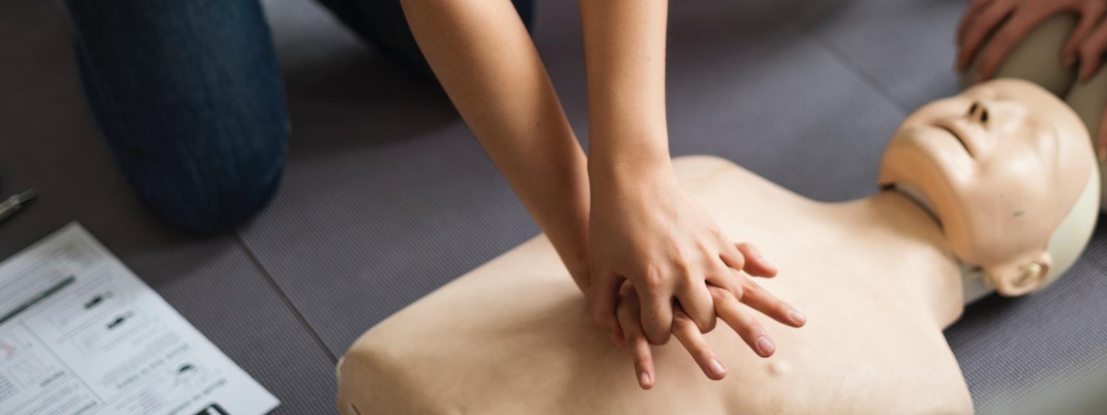apteczka w pracy wymagania przepisy wyposażenie apteczkia artykuł pierwsza pomoc przedmedyczna zestaw pierwszej pomocy apteczka zakładowa co powinno znajdować się w apteczce