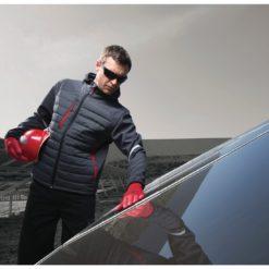 Kurtka robocza DELTA PLUS MOTION do pracy robocza ochronna z kapturem pikowana ciepła cienka z odblaskami wiatrówka na suwak szara czerwona ze stójką odzież bhp sklep szara na modelu