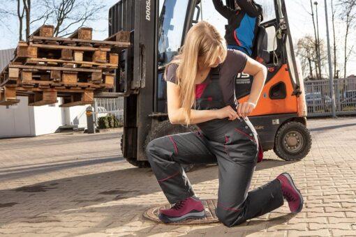 Trzewiki robocze NEO TOOLS 82-540 S3 SRC Damskie do pracy ochronne obuwie bezpieczne trzewiki za kostkę skórzane skórkowe bhp obuwie sklep system internetowy antypoślizgowe z podnoskiem antyprzebiciowe bez metalu dla pracownic dla kobiet różowe fioletowe purpurowe czarne na modelce